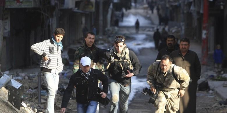 Bryn Karcha C De Canada Y Toshifumi Fujimoto D De Japon Corren En Una Calle De Alepo Siria Reuters