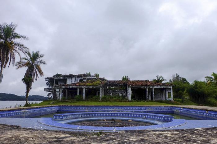 Pablo Escobar Mansion Paintball Vit Medellin Columbia 1